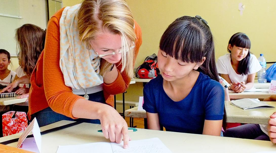 モンゴルの学校で英語教育を支援するボランティアの様子